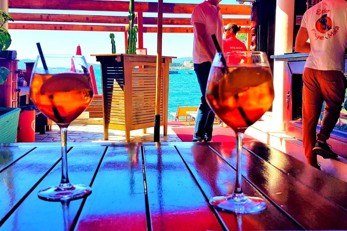 Boire un verre dans un bar sympathique à cap d'ail